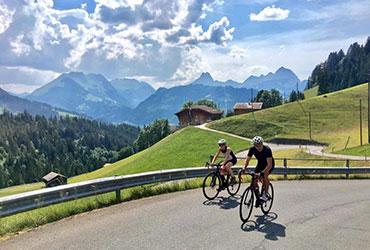 2 cyclistes dans les Alpes