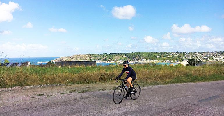 cycliste surplombant le port d'Erquy à vélo de route