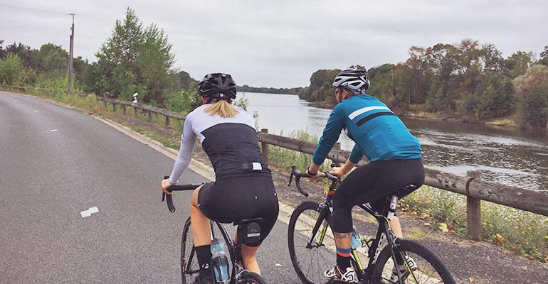 couple cyclistes sur les bords de la Loire