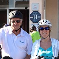 voyageurs à vélo avec des casques