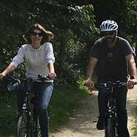 couple voyage à vélo sur une voie verte