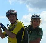 voyageurs à vélo souriants