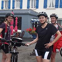 trois femmes, 1 vélo, une maison aux volets bleus