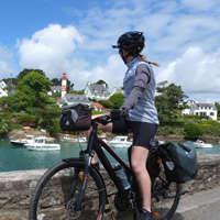 femme voyage à vélo en Bretagne