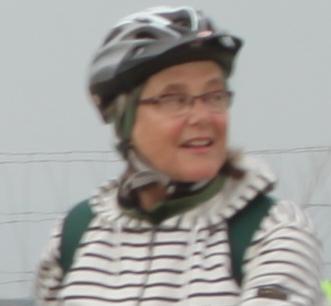 femme avec un casque voyage à vélo