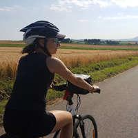 voyageuse à vélo habillée en noir