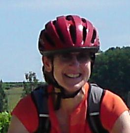 femme à vélo en casque rouge témoigne