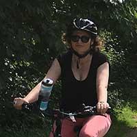 femme habillée en noir à vélo