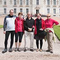 groupe de cyclistes devant un château