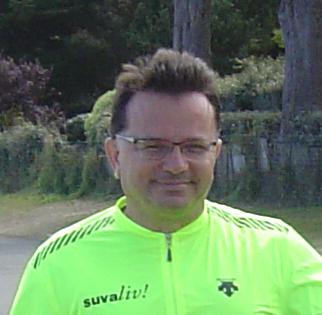 homme en veste jaune fluo voyage à vélo
