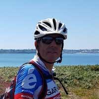 voyageur à vélo devant la mer