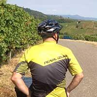 voyageur à vélo dans les vignes