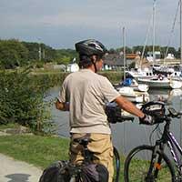 voyageur à vélo en bord de canal