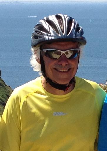voyageur à vélo souriant en t-shirt jaune