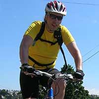 homme habillé en jaune à vélo
