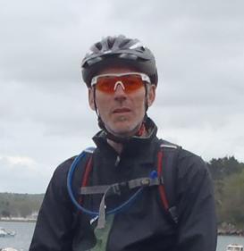 portrait d'un homme avec casque et lunettes