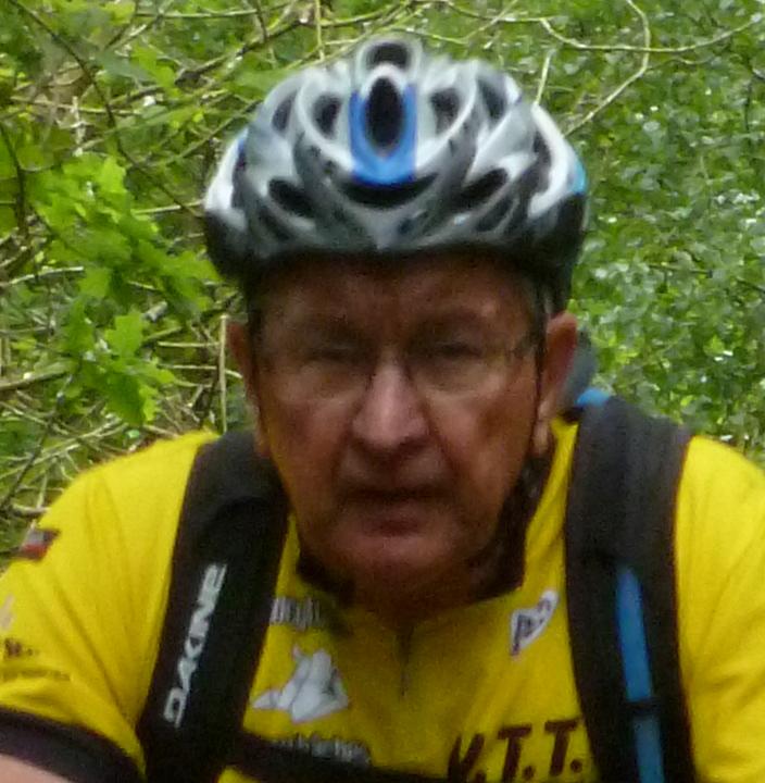 cycliste en t-shirt jaune