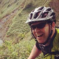 homme souriant voyage à vélo